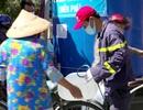 """Dùng xe cứu hỏa chở nước """"giải khát"""" cho người dân Bến Tre"""