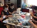 Người Việt tại Séc may khẩu trang phát tặng chống dịch Covid-19