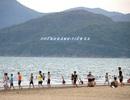 Biển Quy Nhơn vẫn đông nghịt người dân tắm biển