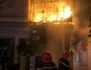 Thấy nhà cháy, thanh niên leo lên nóc nhà... đòi tự vẫn