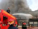 10 đơn vị cùng dập đám cháy lớn gần sân bay Tân Sơn Nhất