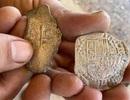 """Tìm thấy """"kho"""" tiền xu cổ trị giá 6.000 đô la trên bờ biển"""