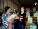 Ngừng việc vì lệnh cấm, nhiều người làm nghề bán vé số được dân giúp đỡ