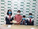 """Hai em học sinh đến báo Dân trí ủng hộ tuyến đầu chống """"giặc"""" Covid - 19"""