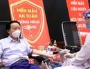 Bộ trưởng Trần Hồng Hà hiến máu giữa mùa dịch Covid-19