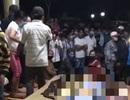 Người nhà đưa thi thể người đàn ông đến xã, hàng trăm người tụ tập theo dõi