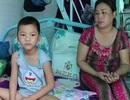Người mẹ bán vé số ứa lệ ôm nỗi đau tuyệt vọng nhìn con ung thư