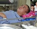 Xót xa cảnh người vợ ngậm ngùi xin cơm từ thiện chăm chồng trong viện