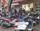 Trời mưa dông cũng không ngăn nổi dân Hà Nội đi ăn sáng, cà phê sau cách ly