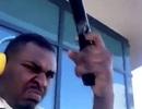 """""""Số nhọ"""" ra ban công bắn súng lên trời cho đỡ buồn, bị cảnh sát tóm ngay"""