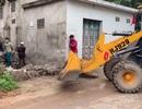 Hà Nội: Phá dỡ bức tường bịt lối đi vào nhà cụ bà liệt giường