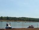 Bơi thuyền ra giữa hồ chụp ảnh, một thanh niên rơi xuống nước mất tích