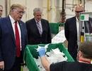 Ông Trump không che mặt khi thăm nhà máy sản xuất khẩu trang
