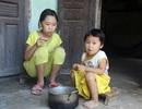 Thương 2 đứa trẻ không cha ăn sắn thay cơm
