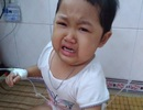 Xót xa cảnh bé gái đau đớn khóc khản giọng mong được ở bên cha