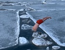 """Chàng trai đùa giỡn với băng Bắc Cực gây """"sốt"""" trên Instagram"""
