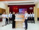 MC Minh Hà đại diện Mamachi trao tài trợ cho Đoàn bay 919 Vietnam Airlines