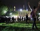 Người biểu tình phá hàng rào an ninh Nhà Trắng, ông Trump cảnh báo cứng rắn