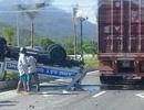 Va chạm với xe container, xe tuần tra lật ngửa, 2 CSGT bị thương