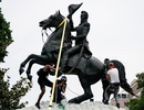 Người biểu tình đòi kéo đổ tượng cựu tổng thống Mỹ trước Nhà Trắng