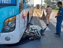 Xe khách lôi xe máy đi gần 50m, nữ công nhân chết thảm