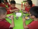 Tiền ăn 60.000 đồng/ngày, trường thường xuyên cho trẻ ăn gà công nghiệp đông lạnh