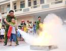 """Xem các bé chiến đấu với """"giặc lửa"""""""