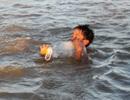 """""""Rùng mình"""" xem trẻ em nông thôn tập bơi"""