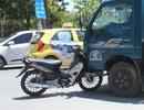 """Xe máy """"cắm"""" vào đầu ô tô, nam thanh niên nguy kịch"""