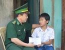 Người lính quân hàm xanh trích tiền lương giúp học sinh nghèo tới trường