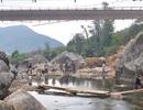 """Vụ sập cầu Lai Châu: Mở tạm """"cầu gỗ"""" dưới lòng suối"""