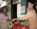 Ấm lòng những bát cơm muối vừng tặng người nghèo