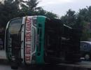 Xe buýt lật nhào, hành khách đập kính thoát thân