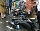 Dừng chờ qua đường, 4 xe máy bị ô tô tông