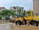Hà Nội: Máy xúc, xe tải quân sự… giúp dân vượt lụt