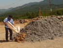 Người dân tự nguyện giao nộp quặng vàng để tiêu hủy