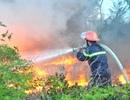 Núi phế thải bốc hỏa, khói bao trùm một vùng rộng lớn