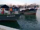 Lai dắt tàu câu mực mắc cạn vào bờ an toàn