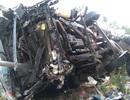 Xe tải tông gãy lan can cầu, rơi ở độ cao 2,5 m