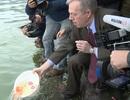 Đại sứ Mỹ đưa cả gia đình đi thả cá chép ở Hồ Tây