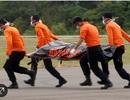 """Trục vớt 7 thi thể, phát hiện thân máy bay QZ8501 """"bị lộn ngược"""""""
