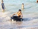 """Nắng nóng kéo dài, du khách ở Nha Trang đổ xô tắm biển """"giải nhiệt"""""""