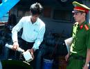 """Hai tàu chở 100 tấn dầu """"lậu"""" neo đậu ở Vịnh Cam Ranh"""