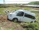 Gần chục người gom tôm sú cho xe khách lao xuống ruộng
