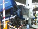 Ô tô tông nát trạm thu phí, 3 nhân viên trạm bị thương
