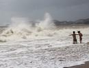 """Nha Trang: Du khách nước ngoài """"đổ xô"""" ngắm sóng mùa biển động"""