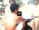 Cởi trần gác chân lên xe máy nói chuyện với CSGT