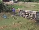 Xe tải lật xuống rìa đường, vợ tài xế nhập viện