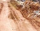 """Đường nhựa biến thành đường đất vì xe chở vật liệu """"băm xới"""" hàng ngày"""