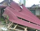 Mưa, gió lốc khiến hàng chục nhà dân sập và tốc mái